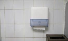 Πετσέτες σε μια δημόσια τουαλέτα Στοκ Εικόνες