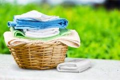 Πετσέτες στο καλάθι στον πίνακα Στοκ Εικόνες