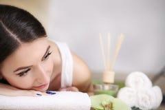 πετσέτες του Μπαλί αρώματος relaxation spa Προσοχή σώματος γυναικών Όμορφος προκλητικός καυκάσιος Brunet Στοκ Φωτογραφίες