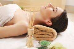 πετσέτες του Μπαλί αρώματος relaxation spa Προσοχή σώματος γυναικών Όμορφος προκλητικός καυκάσιος Brunet Στοκ εικόνα με δικαίωμα ελεύθερης χρήσης