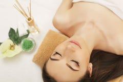 πετσέτες του Μπαλί αρώματος relaxation spa Προσοχή σώματος γυναικών Όμορφος προκλητικός καυκάσιος Brunet Στοκ φωτογραφία με δικαίωμα ελεύθερης χρήσης