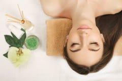 πετσέτες του Μπαλί αρώματος relaxation spa Προσοχή σώματος γυναικών Όμορφος προκλητικός καυκάσιος Brunet Στοκ φωτογραφίες με δικαίωμα ελεύθερης χρήσης