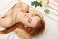 πετσέτες του Μπαλί αρώματος relaxation spa Προσοχή σώματος γυναικών Όμορφο προκλητικό καυκάσιο κορίτσι Ι Στοκ Εικόνα