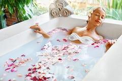 πετσέτες του Μπαλί αρώματος relaxation spa Προσοχή σώματος γυναικών Λουτρό λουλουδιών Ομορφιά skincare Στοκ Εικόνες