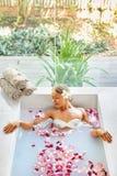 πετσέτες του Μπαλί αρώματος relaxation spa Προσοχή σώματος γυναικών Λουτρό λουλουδιών Ομορφιά skincare Στοκ Φωτογραφία