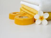 Πετσέτες, δύο κεριά και tiare Στοκ φωτογραφία με δικαίωμα ελεύθερης χρήσης