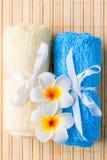 Πετσέτες Terrycloth και εξωτικά λουλούδια για τις επεξεργασίες SPA στοκ εικόνες