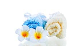 Πετσέτες Terrycloth και τροπικά λουλούδια που απομονώνονται στοκ φωτογραφία
