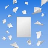 Πετώντας άσπρα κενά φύλλα του εγγράφου Στοκ Εικόνες