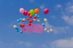 Πετώντας έμβλημα μπαλονιών στο υπόβαθρο μπλε ουρανού Στοκ Φωτογραφίες