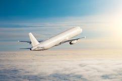 Πετώντας αεροπλάνο επάνω από τον ουρανό οριζόντων σύννεφων με τα φωτεινά χρώματα ηλιοβασιλέματος στοκ φωτογραφία με δικαίωμα ελεύθερης χρήσης
