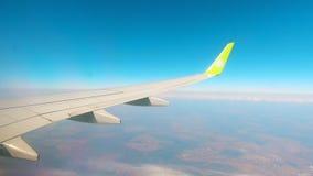 Πετώντας αεροπλάνο με το φτερό του που παρουσιάζεται φιλμ μικρού μήκους
