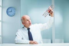 Πετώντας αεροπλάνο παιχνιδιών υπαλλήλων γραφείων Στοκ φωτογραφία με δικαίωμα ελεύθερης χρήσης