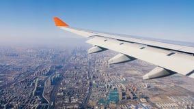 Πετώντας αεροπλάνο φτερών αεροπλάνων Το αεροπλάνο προετοιμάζεται να προσγειωθεί απόθεμα βίντεο
