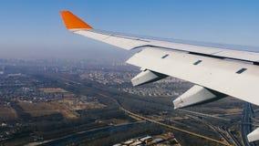 Πετώντας αεροπλάνο φτερών αεροπλάνων Το αεροπλάνο προετοιμάζεται να προσγειωθεί φιλμ μικρού μήκους