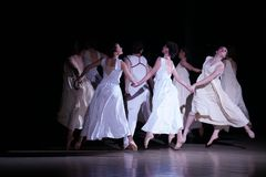 Πετώντας γυναίκα χορού στο άσπρο άλμα φορεμάτων επάνω στοκ εικόνες με δικαίωμα ελεύθερης χρήσης
