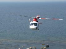 πετώντας ελικόπτερο πέρα &alp Στοκ φωτογραφία με δικαίωμα ελεύθερης χρήσης