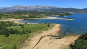 Πετώντας επάνω από το πράσινο περιβάλλον της τεχνητής λίμνης Peruca, Κροατία απόθεμα βίντεο