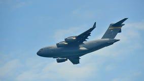 Πετώντας επίδειξη Aerobatic από την Πολεμική Αεροπορία των Η.Π.Α. (USAF) γ-17 Globemaster ΙΙΙ στρατιωτικά αεροσκάφη φορτίου στη Σ Στοκ εικόνα με δικαίωμα ελεύθερης χρήσης