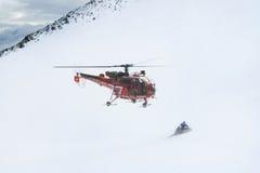 Πετώντας ελικόπτερο διάσωσης στο υπόβαθρο των βουνών Άλπεων Στοκ φωτογραφία με δικαίωμα ελεύθερης χρήσης