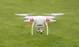 Πετώντας ελικόπτερο με τη κάμερα Στοκ εικόνες με δικαίωμα ελεύθερης χρήσης