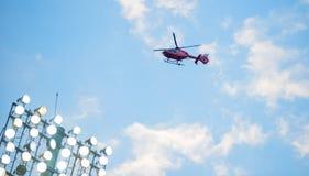 Πετώντας ελικόπτερο πέρα από τα επίκεντρα fotball Στοκ φωτογραφία με δικαίωμα ελεύθερης χρήσης
