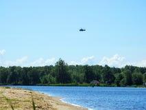 Πετώντας ελικόπτερο πέρα από τον ποταμό Nemunas, Λιθουανία Στοκ Εικόνα