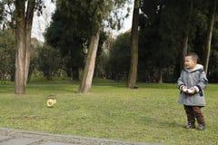 Πετώντας ελικόπτερο παιχνιδιών αγοριών Στοκ Εικόνες