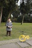 Πετώντας ελικόπτερο παιχνιδιών αγοριών Στοκ εικόνες με δικαίωμα ελεύθερης χρήσης
