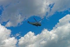 Πετώντας ελικόπτερο στον ουρανό στο Washington DC Στοκ Φωτογραφίες