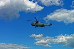 Πετώντας ελικόπτερο στον ουρανό στο Washington DC Στοκ Εικόνες