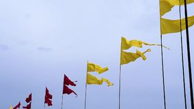Πετώντας ζωηρόχρωμα εμβλήματα στα κοντάρια σημαίας στο υπόβαθρο ουρανού κατά τη διάρκεια του θερινού φεστιβάλ απόθεμα βίντεο