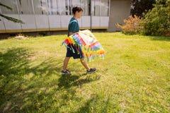 Πετώντας ικτίνος εφήβων μια ηλιόλουστη ημέρα Στοκ εικόνες με δικαίωμα ελεύθερης χρήσης