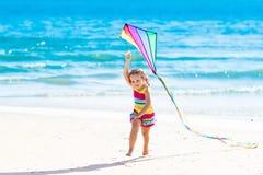 Πετώντας ικτίνος παιδιών στην τροπική παραλία Στοκ Φωτογραφία