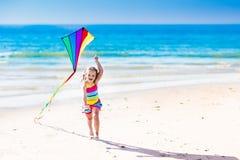 Πετώντας ικτίνος παιδιών στην τροπική παραλία Στοκ Εικόνες