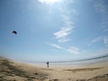 Πετώντας ικτίνος στην παραλία στη Βρετάνη Γαλλία Στοκ φωτογραφία με δικαίωμα ελεύθερης χρήσης