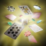 Πετώντας κάρτες πόκερ και τσιπ χαρτοπαικτικών λεσχών Στοκ φωτογραφίες με δικαίωμα ελεύθερης χρήσης