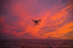 Πετώντας κηφήνας επάνω από το ηλιοβασίλεμα Στοκ εικόνα με δικαίωμα ελεύθερης χρήσης