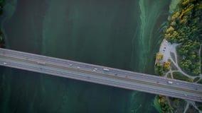 Πετώντας κηφήνας κάτω από το βοτάνισμα του νερού και της γέφυρας απόθεμα βίντεο
