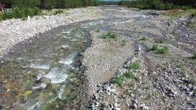 Πετώντας κηφήνας πέρα από έναν ποταμό βουνών Πυροβολισμός στο χαμηλό υψόμετρο φιλμ μικρού μήκους
