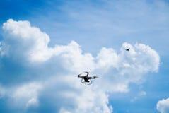 Πετώντας κηφήνας quadrocopter στον ουρανό και τα σύννεφα στοκ εικόνες