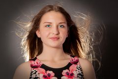 πετώντας νεολαίες γυναικών τριχώματος στοκ φωτογραφία