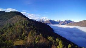 Πετώντας πέρα από ένα δάσος σε ένα pyrenean βουνό, δίπλα σε μια θάλασσα των σύννεφων Το χιονώδες Montcalm τοποθετεί εμφανίζεται σ φιλμ μικρού μήκους