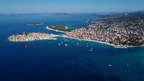 Πετώντας πέρα από την αδριατική πόλη Primosten, Κροατία θερέτρου απόθεμα βίντεο
