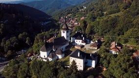 Πετώντας πέρα από την εκκλησία σε Spania Dolina, Σλοβακία απόθεμα βίντεο