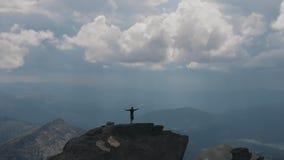 Πετώντας πέρα από την κορυφή βουνών σε ποιες στάσεις ένα άτομο που αυξάνει τα χέρια του Πυροβολισμός κηφήνων φιλμ μικρού μήκους
