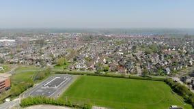 Πετώντας πέρα από την κωμόπολη Grou στην Ολλανδία, η άποψη από τον κηφήνα στην πόλη Grou απόθεμα βίντεο