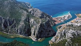 Πετώντας πέρα από την πόλη Omis, δαλματική ακτή, Κροατία απόθεμα βίντεο
