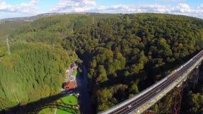 Πετώντας πέρα από την υψηλή γέφυρα σιδηροδρόμου, παλαιά τραίνα ατμού, εναέριος πυροβολισμός απόθεμα βίντεο