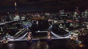 Πετώντας πέρα από τη γέφυρα πύργων τη νύχτα, Λονδίνο Αγγλία απόθεμα βίντεο